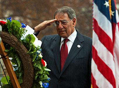 שר ההגנה ליאון פאנטה מניח זר לזכר הנופלים (צילום: AFP) (צילום: AFP)