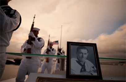 """טקס להנחת אפרו של לי סוסי בספינת הקרב """"יוטה"""" (צילום: AP) (צילום: AP)"""