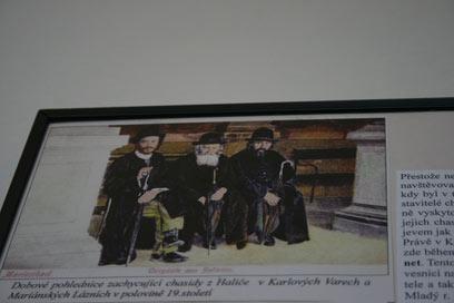 גם בעבר הסתובבה כאן תיירות חרדית. תמונה בבית הכנסת של העיירה (צילום: טלי פרקש) (צילום: טלי פרקש)