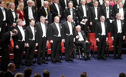 שכטמן והחברים. חתני פרס נובל ב-2011 (צילום: רויטרס) (צילום: רויטרס)