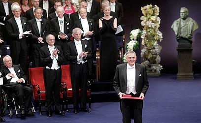 מחיאות כפיים מהזוכים האחרים. שכטמן בשטוקהולם (צילום: רויטרס) (צילום: רויטרס)