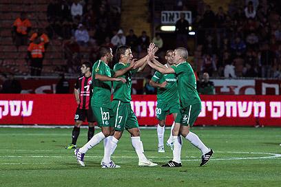 מכבי חיפה חוגגת את היתרון במחצית הראשונה (צילום: מור שאולי) (צילום: מור שאולי)