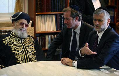 הרב עובדיה יוסף בפגישה עם שגריר צרפת והשר ישי (צילום: גיל יוחנן) (צילום: גיל יוחנן)