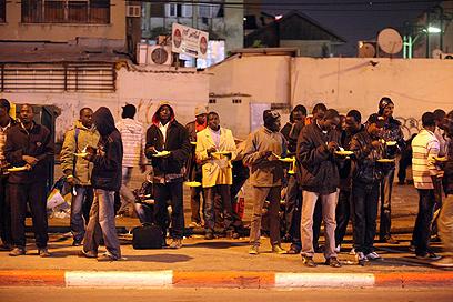מתקהלים בדרום תל אביב. פליטים או מסתננים? (צילום: מוטי קמחי)