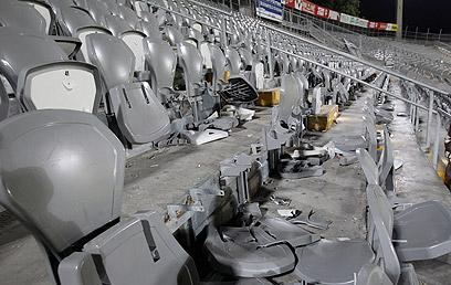 """הכיסאות השבורים בבלומפילד. בבית""""ר מקווים לעונש קל (צילום: ראובן שוורץ)"""