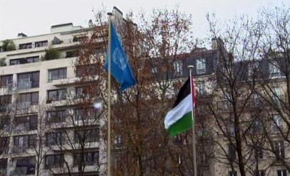 """הדגל הפלסטיני לצד דגל האו""""ם בפריז (צילום: רויטרס) (צילום: רויטרס)"""