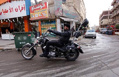 יוצאים לדרך חדשה - בלי האמריקנים. רוכב אופנוע בבגדד (צילום: רויטרס) (צילום: רויטרס)