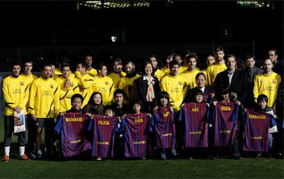 ברגעים כאלה, הכדורגל מתגמד. שחקני ברצלונה והילדים היתומים (צילום: רויטרס) (צילום: רויטרס)