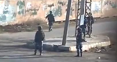 חיילים סורים ברחובות דרעא. אסד אמור להסיג כוחותיו (צילום: AP) (צילום: AP)
