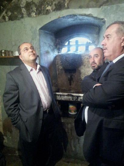 חברי הכנסת טיבי וברכה, היום במסגד. מאשימים את הממשלה (צילום: חסן שעלאן) (צילום: חסן שעלאן)