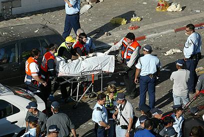 חלק מהנפגעים עמדו עשרות מטרים ממקום הפיצוץ (צילום: מיכאל קרמר) (צילום: מיכאל קרמר)