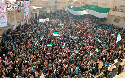מפגינים נגד אסד באידליב. הפקחים יבואו גם לשם (צילום: רויטרס) (צילום: רויטרס)