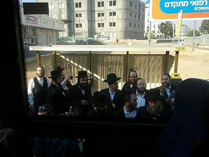 מהומה מחוץ לאוטובוס. ישראל 2011 (צילום: טניה רוזנבליט) (צילום: טניה רוזנבליט)