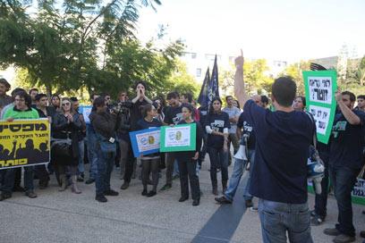 """הפגנת הסגל הזוטר באוניברסיטת ת""""א. חוזרים ללמד (צילום: מוטי קמחי)"""