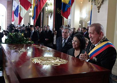 צ'אבס מעל ארון הקבורה החדש של אבי האומה (צילום: AP) (צילום: AP)