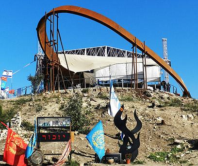 האנדרטה לזכר הנספים (צילום: דן אמיר, בית אורן) (צילום: דן אמיר, בית אורן)