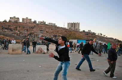 העימותים בביתוניא. סירבו להתפנות מהמחסום (צילום: AP) (צילום: AP)