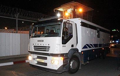 אוטובוס האסירים יוצא מכלא איילון (צילום: אלי אלגרט) (צילום: אלי אלגרט)