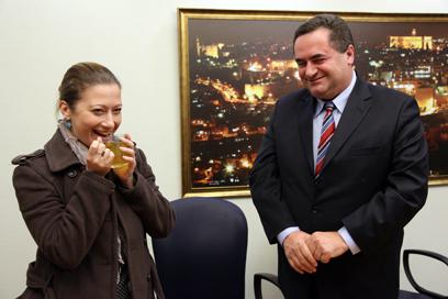 שר התחבורה עם טניה רוזנבליט: היכן מסקנות החקירה? (צילום: ששון תירם) (צילום: ששון תירם)