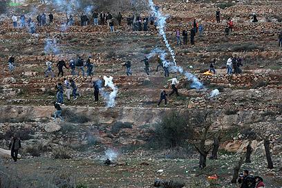 """פלסטינים מתעמתים עם כוחות צה""""ל ליד כלא עופר (צילום: AFP) (צילום: AFP)"""