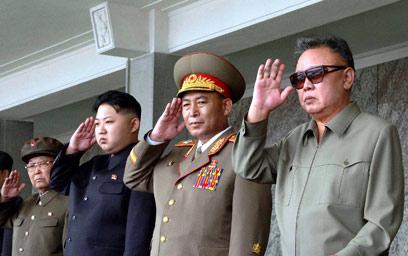 כמה רחוק יילך קים הצעיר? עם אביו קים ג'ונג איל ובכירי צבא (צילום: רויטרס)