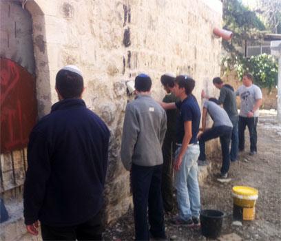 """הצעירים מנקים את קירות המסגד. """"מוחקים כתם"""" (צילום: עמיחי בן סעדון) (צילום: עמיחי בן סעדון)"""