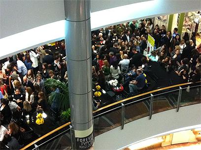 נמעכים בתור. הקהל מחוץ לחנות לפני הפתיחה (צילום: ערן גזיאל) (צילום: ערן גזיאל)