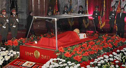 גופתו של קים ג'ונג איל מוצגת לראווה בצפון-קוריאה (צילום: AP Photo/Kyodo News) (צילום: AP Photo/Kyodo News)