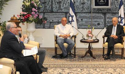 """צופה בקירשנבאום. נשיא המדינה ומנכ""""ל ערוץ 10  (צילום: מארק ניימן, לע""""מ) (צילום: מארק ניימן, לע"""