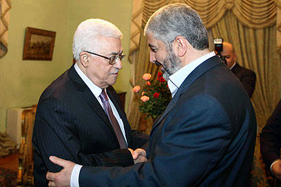 Reconciliation efforts. Abbas (L) and Mashaal (Archive photo: Reuters)