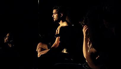 """ג'ייסון דנינו-הולט בהצגה """"לב"""". חודר לעומק (צילום: אהרלה הצמצם הבוער) (צילום: אהרלה הצמצם הבוער)"""