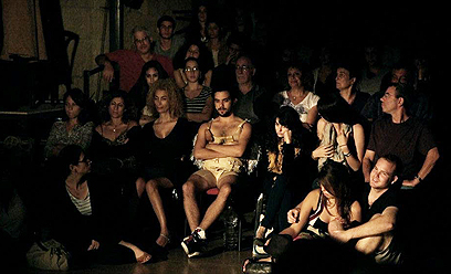 """ג'ייסון דנינו-הולט במרכז הבמה והקהל בהצגה """"לב"""" (צילום: אהרלה הצמצם הבוער) (צילום: אהרלה הצמצם הבוער)"""