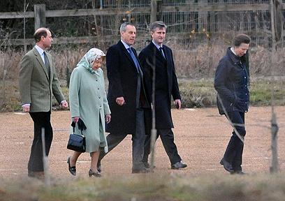 המלכה אליזבת ליד בית החולים שבו מאושפז הנסיך, היום (צילום: רויטרס) (צילום: רויטרס)