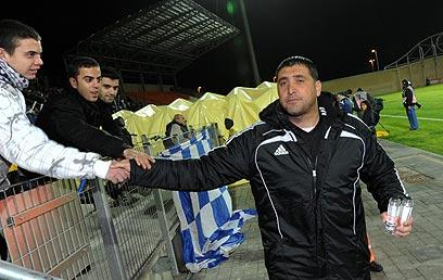 """תחילה לחצו האוהדים את ידו של נעים, אח""""כ יצאו מהאיצטדיון (צילום: ערן יופי כהן) (צילום: ערן יופי כהן)"""