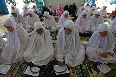 נשים קוראות בקוראן בטקס זיכרון באינדונזיה, הבוקר (צילום: EPA) (צילום: EPA)