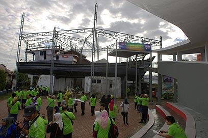 גג בית באינדונזיה שעליו נתקעה סירה ב-2004 (צילום: EPA) (צילום: EPA)
