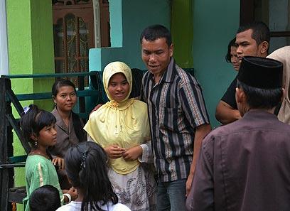 אחרי 7 שנים: הנערה וואטי (בצהוב) בחיק משפחתה (צילום: רויטרס) (צילום: רויטרס)