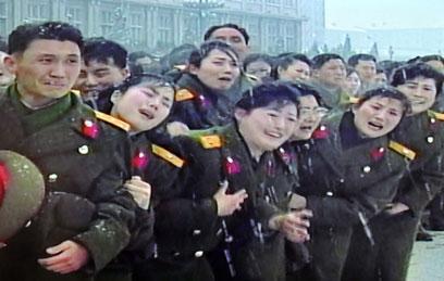 """""""מתאבלים"""" על מות קים ג'ונג איל בדצמבר 2011 (צילום: AFP)"""