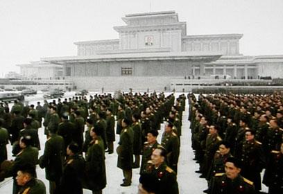 מצעד ותזמורת של הצבא ליוו את ארונו של קים (צילום: AP) (צילום: AP)