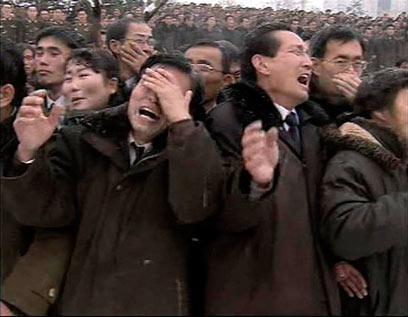 אבל מופגן ברחובות צפון-קוריאה, הבוקר (צילום: רויטרס) (צילום: רויטרס)