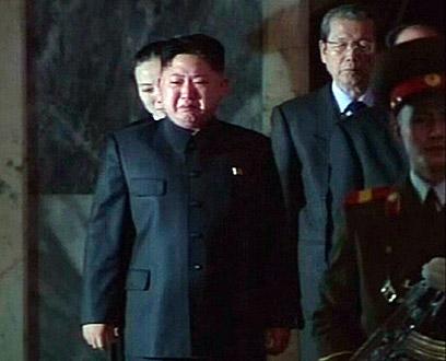 היורש קים ג'ונג און ממרר בבכי אתמול ליד ארונו של אביו (צילום: רויטרס) (צילום: רויטרס)