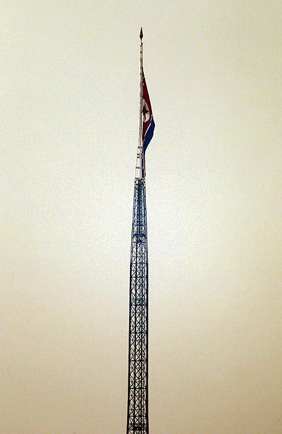 דגל צפון-קוריאה בחצי התורן (צילום: רויטרס) (צילום: רויטרס)