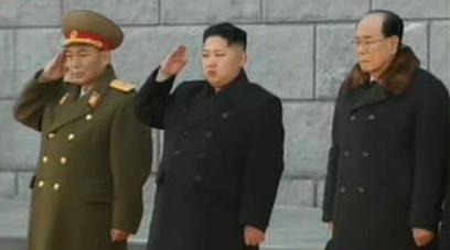 היורש קים ג'ונג און מצדיע לאביו (צילום: רויטרס) (צילום: רויטרס)