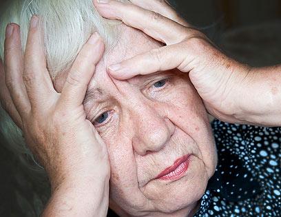 היא לא תהפוך שולחן או תרים קול כדי שיטפלו בה (צילום: shutterstock) (צילום: shutterstock)