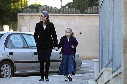 נעמה מרגוליס בדרך לבית הספר. יש עוד מקרים לא מדווחים  (צילום: אוהד צויגנברג) (צילום: אוהד צויגנברג)