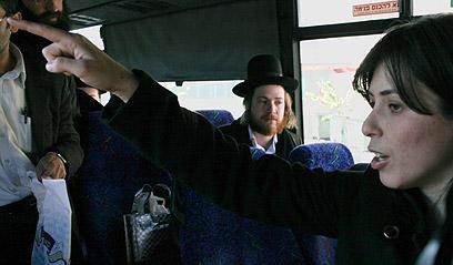 חזרה לאוטובוס לאחר שירדה ממנו. חוטובלי (צילום: אוהד צויגנברג) (צילום: אוהד צויגנברג)