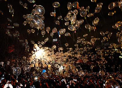 טוקיו. הפריחו בלונים שהכילו משאלות לשנה החדשה (צילום: רויטרס) (צילום: רויטרס)