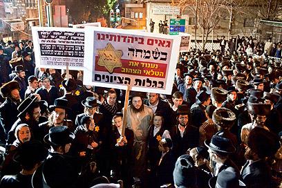 """הפגנת החרדים במוצ""""ש. """"הרבנים חששו מירי כדורי גומי"""" (צילום: נועם מושקוביץ)"""