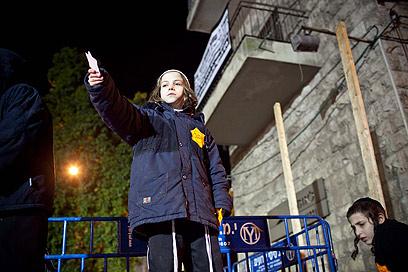 """נער מפגין, הערב בירושלים. תלמידי ישיבה: """"כאן בשביל הכיף"""" (צילום: נועם מושקוביץ)"""