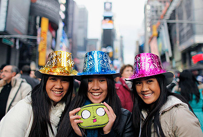 המונים התאספו בניו יורק בטיימס סקוור לקראת כניסת 2012 (צילום: רויטרס) (צילום: רויטרס)